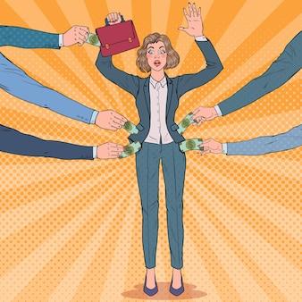 Mulher de negócios preocupada com pop art com as mãos ao alto roubadas por ladrões