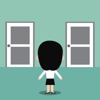 Mulher de negócios que está na frente de duas portas fechadas.