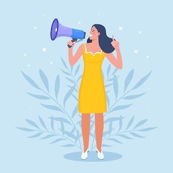 Mulher de negócios segurando o megafone e gritando por ele. anúncio de boas notícias. atenção por favor. alto-falante com alto-falante, megafone. propaganda e promoção. marketing de mídia social