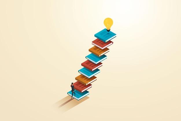 Mulher de negócios subindo as escadas com livros, há uma lâmpada em cima