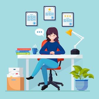 Mulher de negócios trabalhando na mesa com o computador