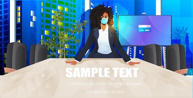 Mulher de negócios usando máscara protetora para evitar coronavírus mulher de negócios trabalhando no escritório covid-19 pandemia conceito noite paisagem urbana retrato horizontal