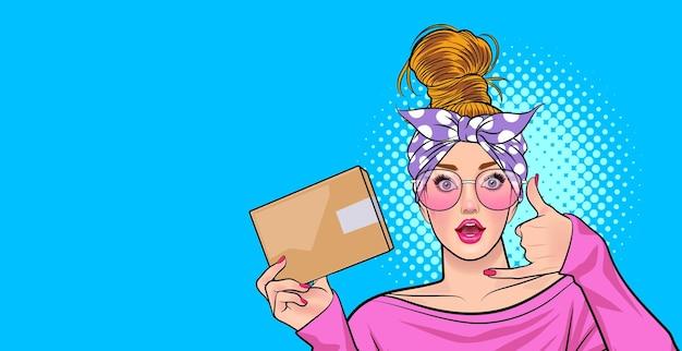 Mulher de óculos trabalhar a ação com o telefone e segurar o estilo de quadrinhos de arte pop de pacote.