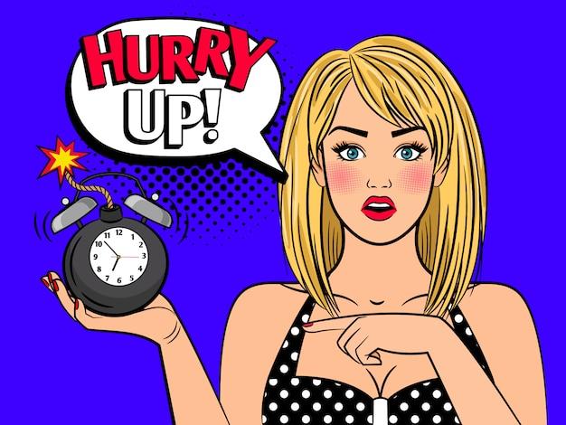 Mulher de pop art com bomba de despertador