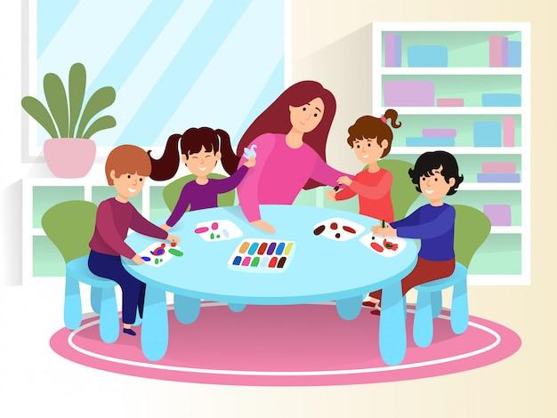 Mulher de professor de caráter jovem ensina crianças a pintar a imagem, sorrindo crianças desenhar imagens coloridas na ilustração dos desenhos animados de papel de folha.