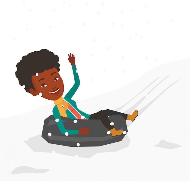 Mulher de trenó no tubo de borracha de neve nas montanhas.