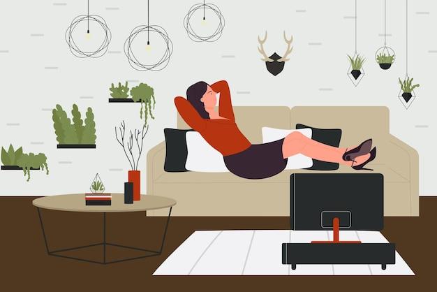 Mulher deitada no sofá no interior da sala de estar em casa assistindo tv depois do trabalho ou no fim de semana