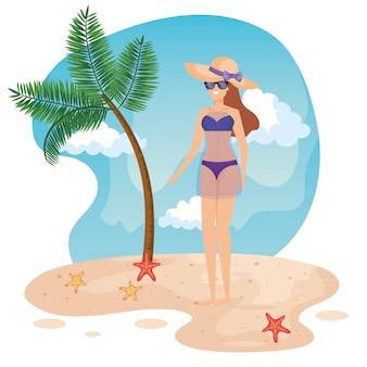 Mulher, desgastar, swimsuit, com, óculos de sol, e, chapéu, com, árvore palma