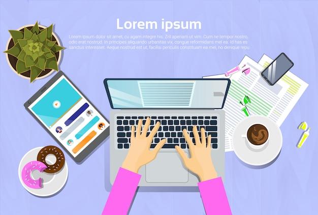 Mulher, digitando, ligado, computador laptop, vista superior, ligado, escrivaninha, com, tablete digital, e, telefone esperto