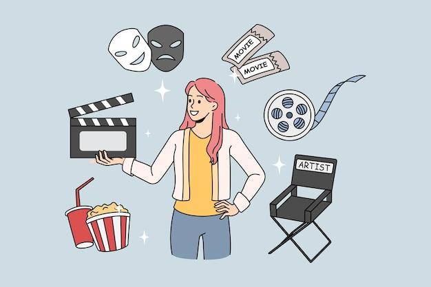 Mulher diretora de produção de cinema segurando badalo de filme. ilustração do conceito de vetor com elementos do filme. cadeira do diretor de produção com ingressos de cinema.