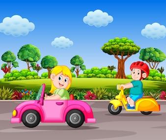 Mulher dirige o carro-de-rosa na rua com o fundo de praia linda