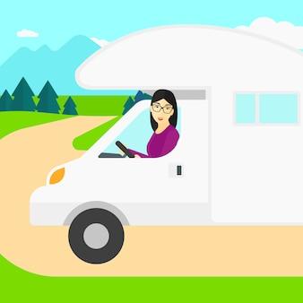 Mulher dirigindo motor home.