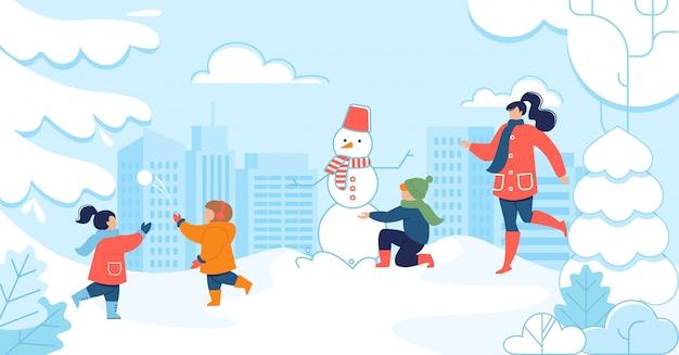 Mulher e filhos se divertem no parque nevado