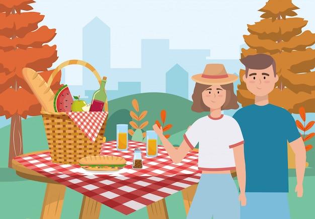 Mulher e homem casal com cesto e comida