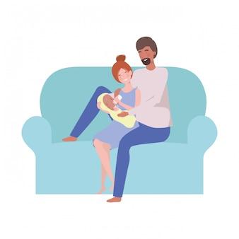 Mulher e homem com bebê recém-nascido sentado no sofá