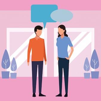Mulher e homem falando