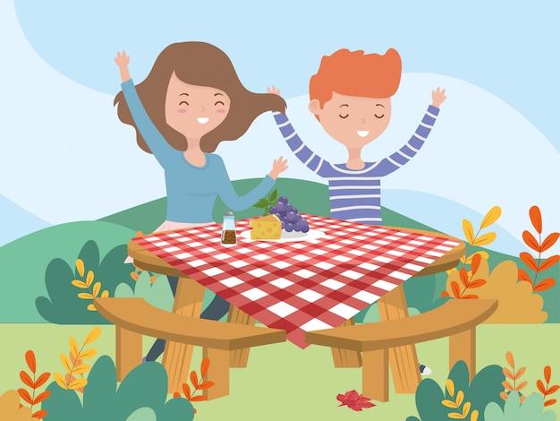 Mulher e homem sentado mesa comida piquenique natureza paisagem