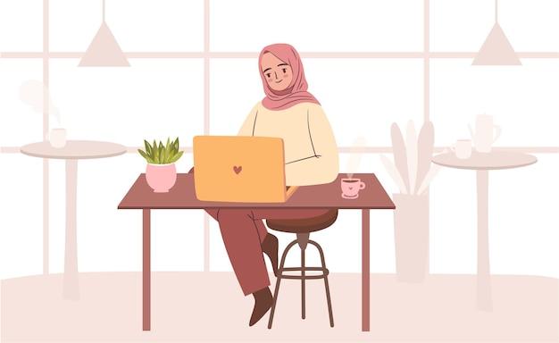 Mulher em hijab trabalhando no café estudante muçulmana feliz com laptop