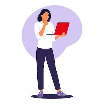 Mulher em pé com o laptop. trabalhador de escritório, conceito de trabalho remoto. ilustração vetorial. plano.