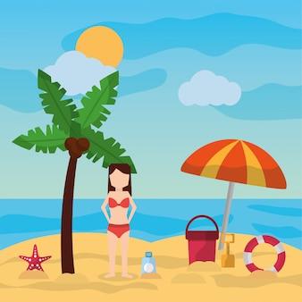 Mulher em pé na praia palma guarda-chuva balde pá protetor solar dia ensolarado