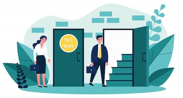 Mulher em pé perto da porta fechada e homem entrando em um aberto