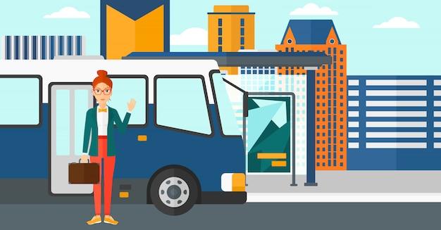 Mulher em pé perto de ônibus.