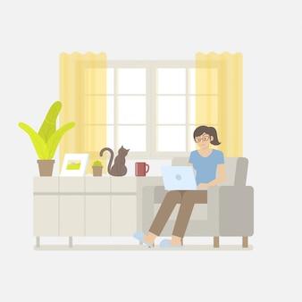 Mulher em roupas casuais, trabalhando em casa com o laptop na poltrona em uma sala de estar em estilo cartoon plana