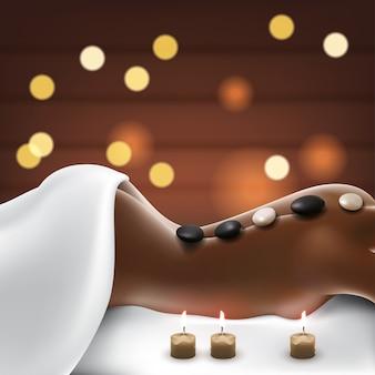 Mulher em salão de spa com massagem de pedras quentes