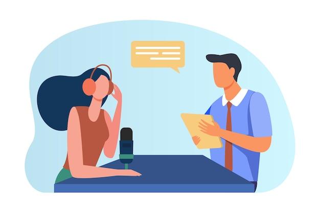 Mulher entrevistando homem com documento.