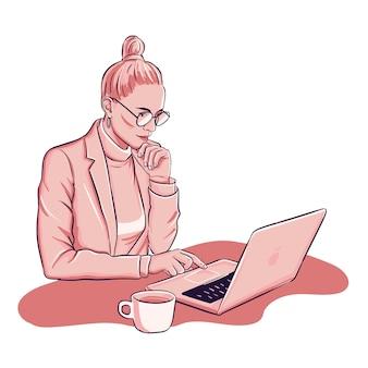 Mulher está trabalhando no laptop deinking copo de café