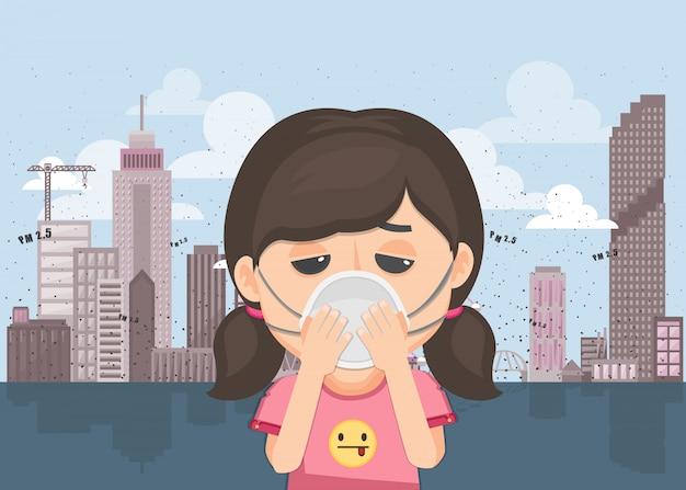Mulher está usando máscara para proteger a poluição do ar ao ar livre.