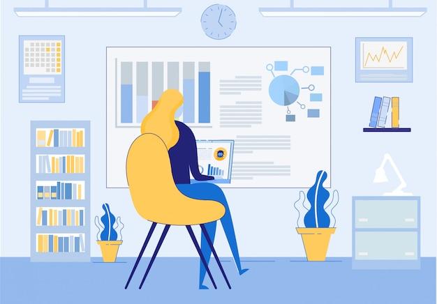 Mulher estudando ou trabalhando através da tecnologia da internet.