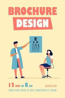 Mulher examinando os olhos com a ajuda do modelo de folheto do oftalmologista