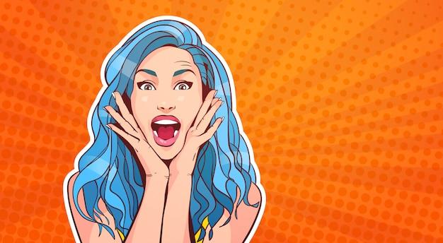 Mulher excitada com cabelo azul e estilo de pop art de boca aberta no fundo retrô colorido