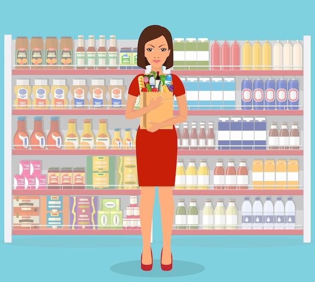 Mulher fazendo compras no supermercado