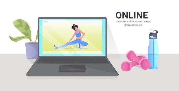 Mulher fazendo exercícios de fitness ioga na tela do laptop treinamento on-line estilo de vida saudável conceito cópia horizontal ilustração espaço