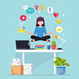 Mulher fazendo ioga no local de trabalho no escritório com rede social, ícone da mídia.