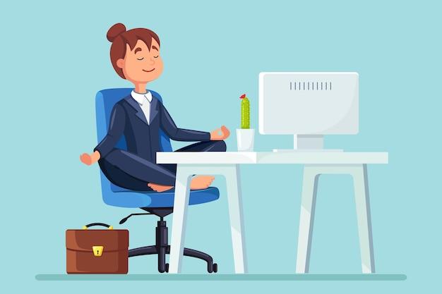 Mulher fazendo ioga no local de trabalho no escritório. trabalhador sentado na posição de lótus padmasana na cadeira, meditando, relaxando, acalme-se e administre o estresse. design plano