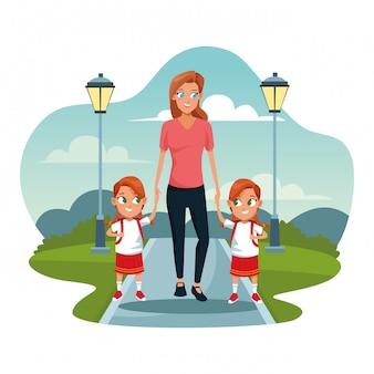 Mulher feliz andando com suas meninas gêmeas, caminhando no parque