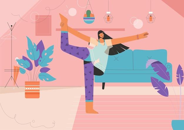 Mulher feliz fazendo ioga asana em casa