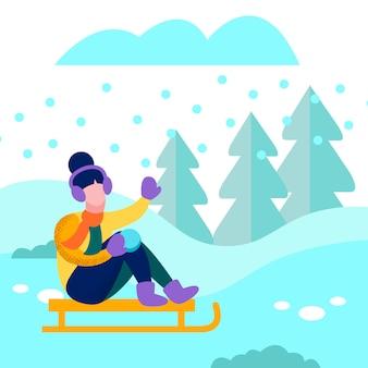Mulher feliz que sledding no cartão liso da floresta do inverno