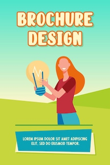 Mulher feliz segurando uma lâmpada grande e um modelo de folheto sorridente