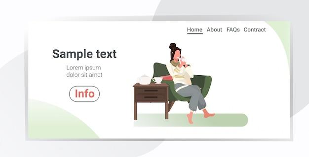 Mulher feliz sentada na poltrona menina tomando café relaxando em casa espaço de cópia de comprimento total