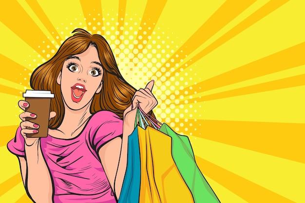 Mulher feliz surpresa com uma xícara de café e sacolas de compras no estilo de quadrinhos retro vintage pop art