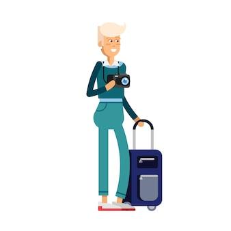 Mulher feliz viajando com bagagem e fotocâmera.