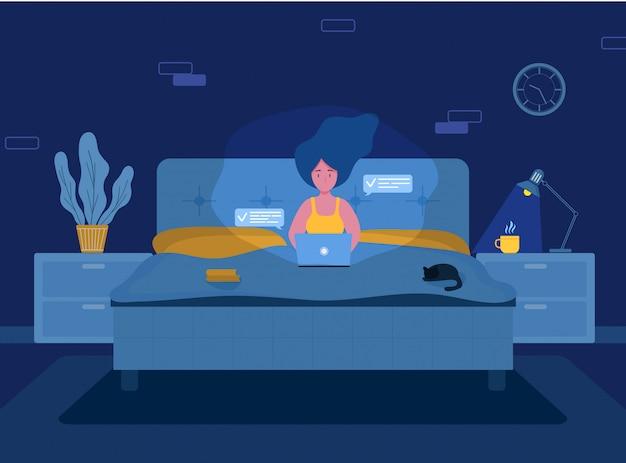 Mulher freelancer. menina com laptop em fones de ouvido deitado na cama.