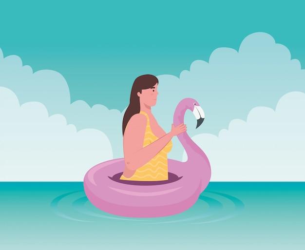 Mulher gorda bonita com maiô no flamingo rosa no mar, anel de natação inflável de forma de pássaro tropical