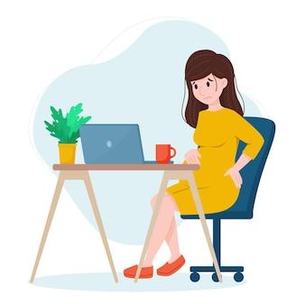 Mulher grávida trabalha em laptop dor nas costas em mulher grávida