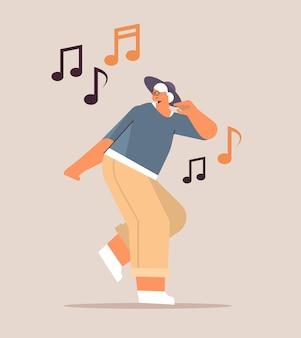 Mulher idosa dançando e cantando avó se divertindo conceito de velhice ativa ilustração vetorial de corpo inteiro
