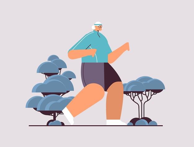 Mulher idosa em roupas esportivas correndo aposentada sênior fazendo exercícios físicos atividades ao ar livre e esporte fitness conceito de estilo de vida saudável ilustração vetorial de corpo inteiro horizontal